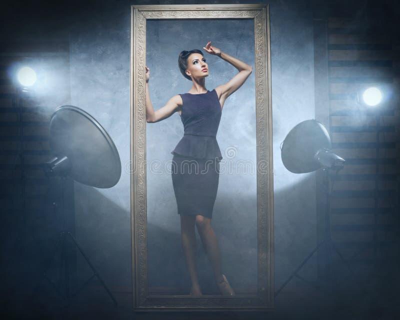 Uma mulher em um vestido da forma em um estúdio fotografia de stock royalty free