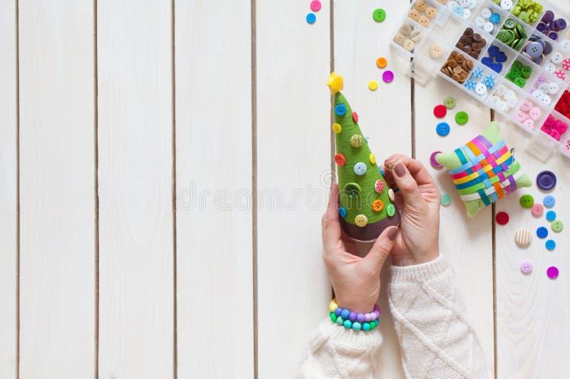 Uma mulher está fazendo uma árvore de Natal caseiro Decora-o com b fotos de stock royalty free