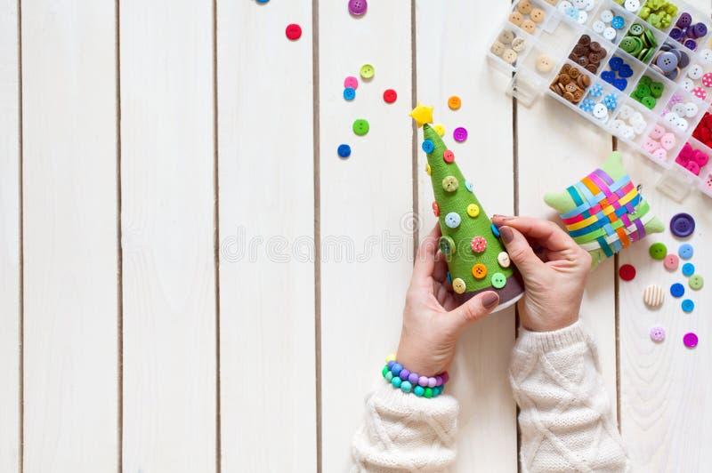 Uma mulher está fazendo uma árvore de Natal caseiro Decora-o com b imagens de stock royalty free