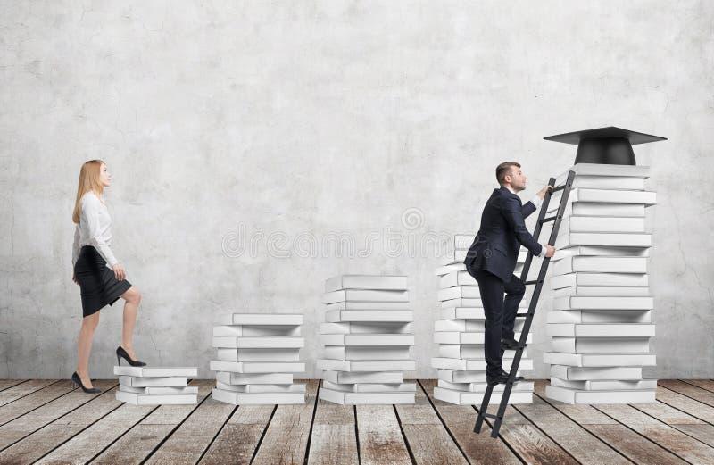 Uma mulher está indo acima usar-se as escadas que estão feitas dos livros brancos para alcançar o chapéu da graduação quando um h fotos de stock