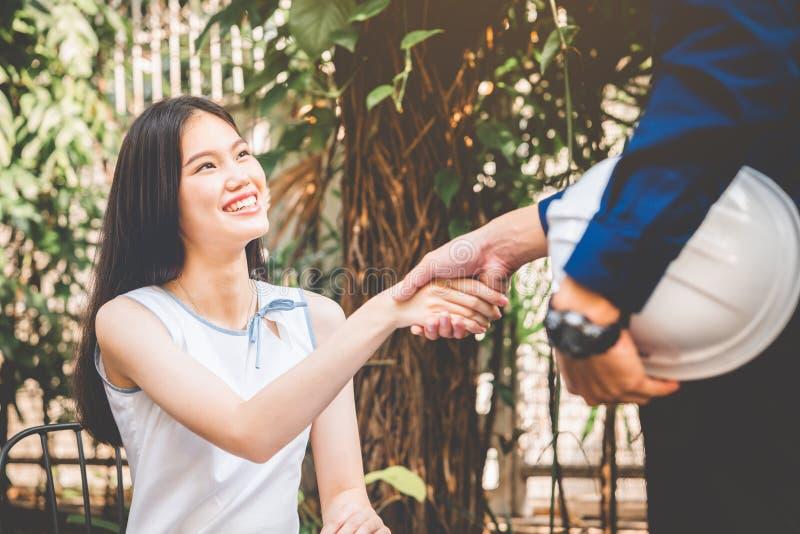 Uma mulher está negociando um negócio comercial ou contrata e handshake de negócios, conceito de reunião de parceria empresarial imagens de stock royalty free