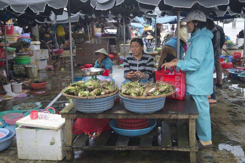 Uma mulher está vendendo caranguejos vivos no mercado da cidade Hoi, Vietnam fotografia de stock