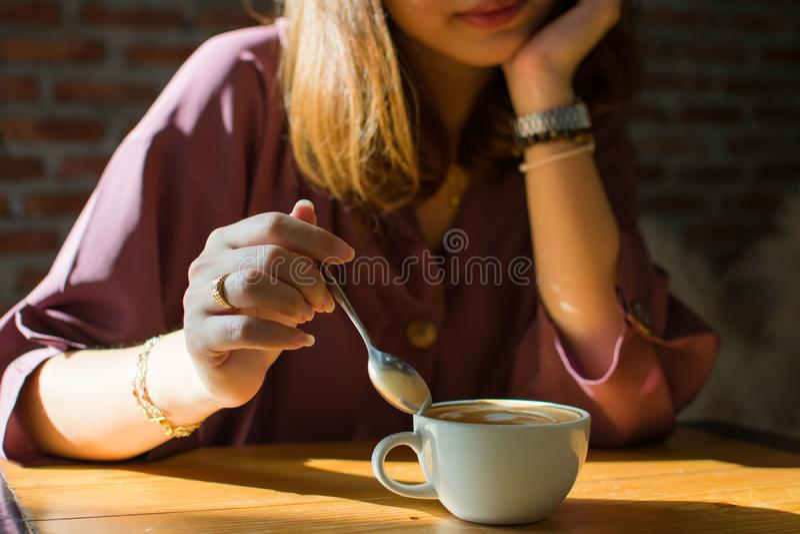 Uma mulher est? comprando no Internet ao p?r pouco sorriso sobre sua cara fotos de stock royalty free