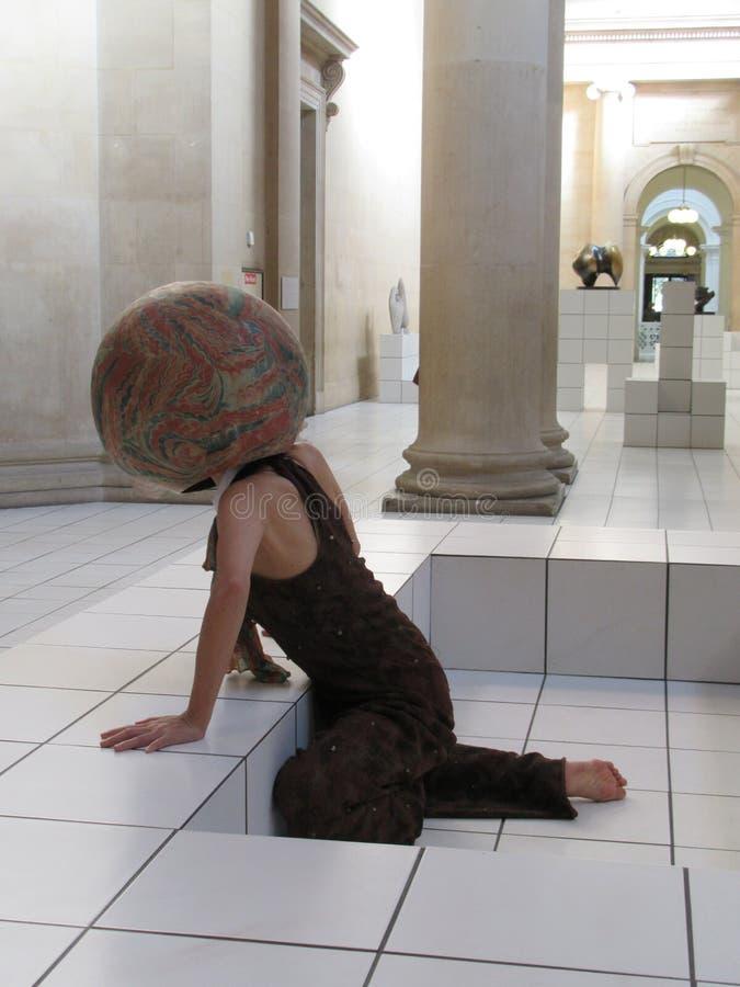 Uma mulher executa como um artista vivo em Tate Britain Museum imagem de stock