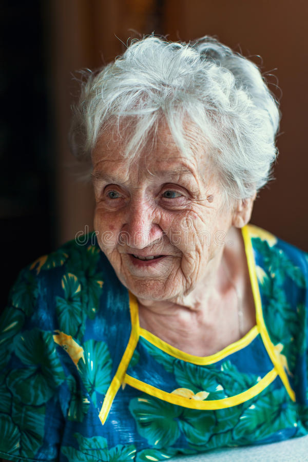 Uma mulher feliz idosa, retrato do close up fotos de stock royalty free