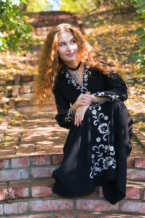 Uma mulher ginger-haired bonita na floresta da queda foto de stock royalty free