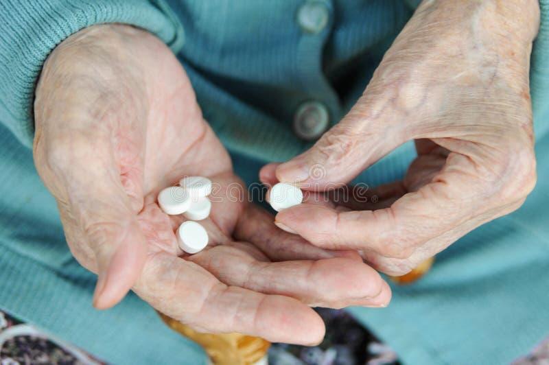 Uma mulher idosa com um bastão que guarda um comprimido na rua 90 anos saúde doença e cuidados médicos do conceito fotografia de stock