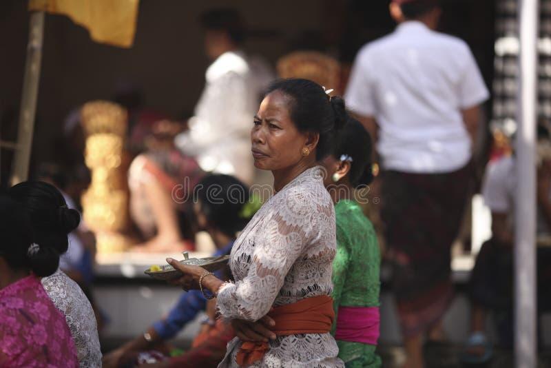 Uma mulher idosa do Balinese na roupa tradicional na cerimônia do templo hindu, ilha de Bali, Indonésia imagens de stock royalty free