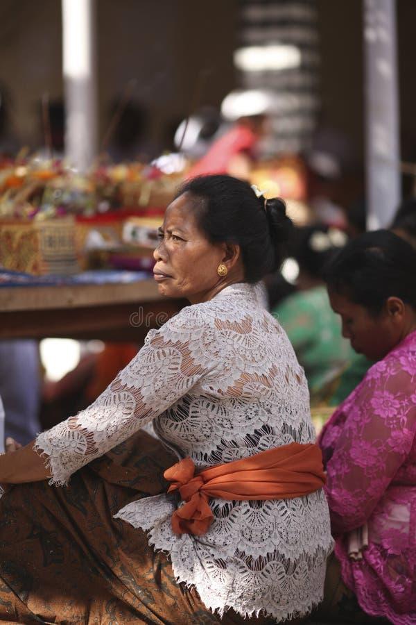 Uma mulher idosa do Balinese na roupa tradicional na cerimônia do templo hindu, ilha de Bali, Indonésia imagem de stock