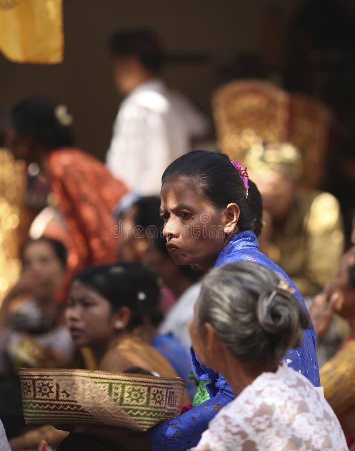Uma mulher idosa do Balinese na roupa tradicional na cerimônia do templo hindu, ilha de Bali, Indonésia fotos de stock