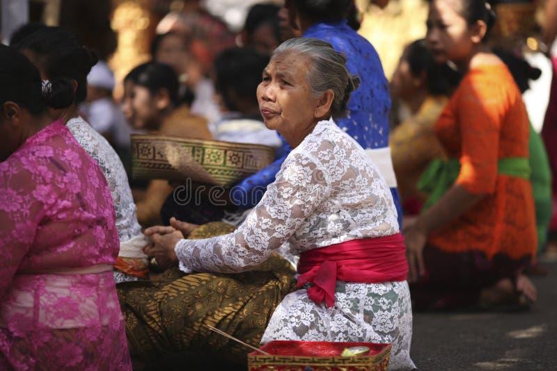 Uma mulher idosa do Balinese na roupa tradicional na cerimônia do templo hindu, ilha de Bali, Indonésia fotografia de stock