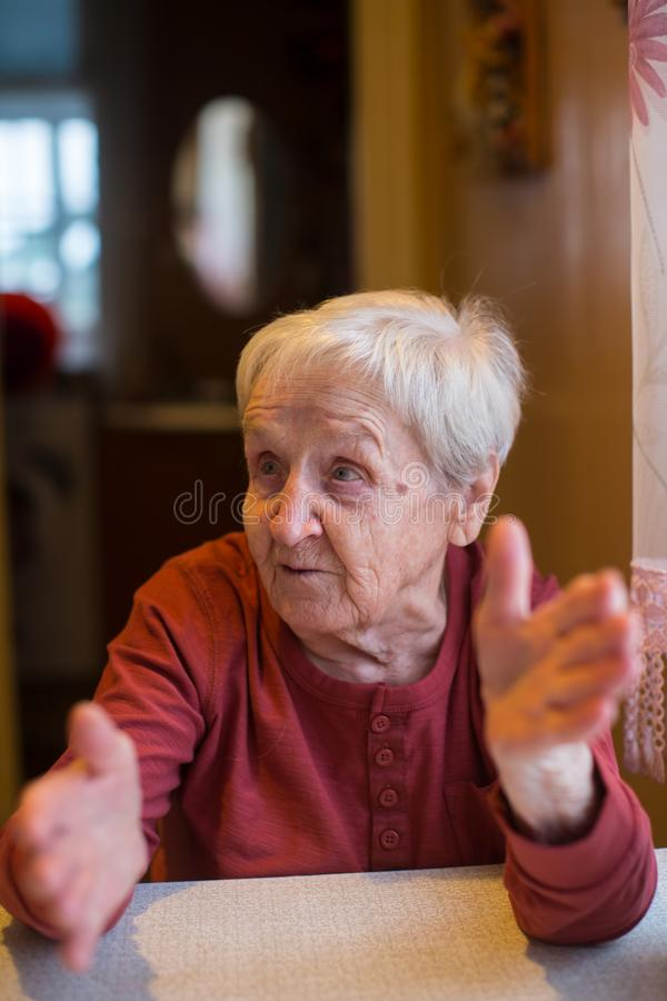 Uma mulher idosa durante uma conversação vívida Retrato foto de stock