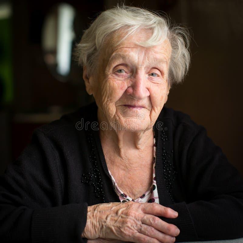 Uma mulher idosa em sua casa imagens de stock