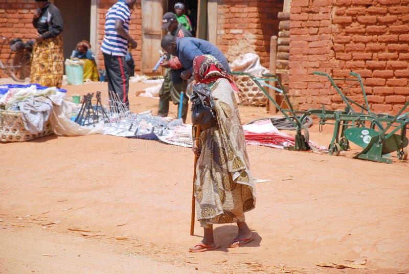 Uma mulher idosa no mercado Pomerini em Tanzânia, África 693 imagem de stock royalty free