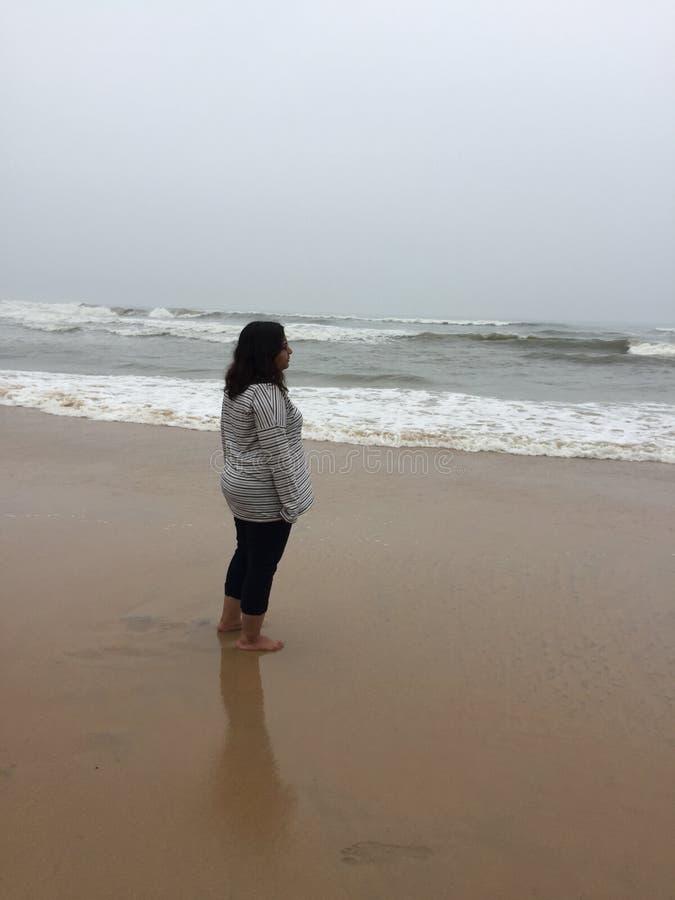 Uma mulher indiana nova em uma praia em Kunoor, Kerala fotos de stock