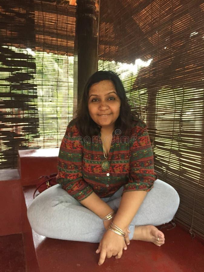 Uma mulher indiana nova que levanta com pés cruzados imagens de stock royalty free