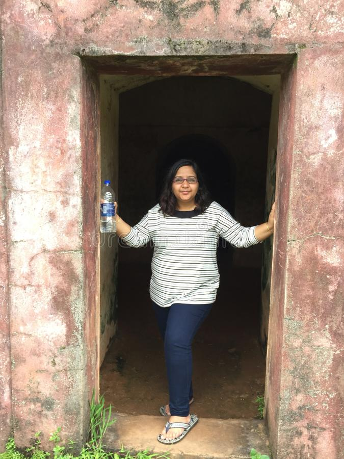 Uma mulher indiana nova que levanta graciosamente em uma entrada fotografia de stock