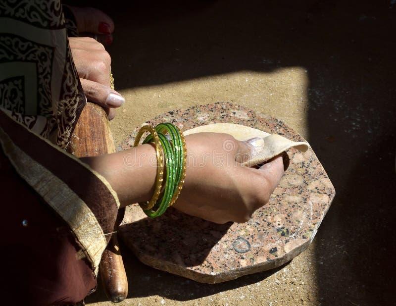 Uma mulher indiana rural que prepara o chapati fotografia de stock royalty free