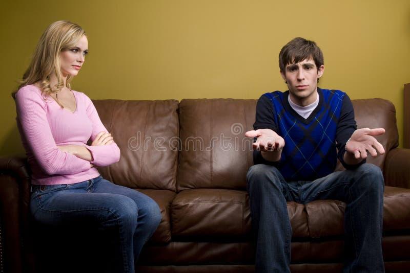 Uma mulher irritada olha seu amante foto de stock royalty free