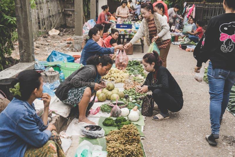Uma mulher Laotian local do tribo do monte vende vegetais no mercado diário da manhã em Luang Prabang, Laos no 13 de novembro de  fotos de stock royalty free
