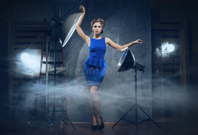 Uma mulher loura em um vestido em um estúdio fotos de stock royalty free