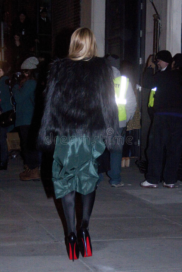 Uma mulher loura que chega a um desfile de moda em New York foto de stock