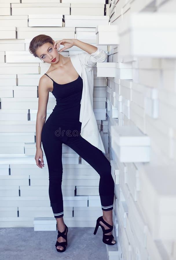 Uma mulher magro nova na roupa preta foto de stock royalty free