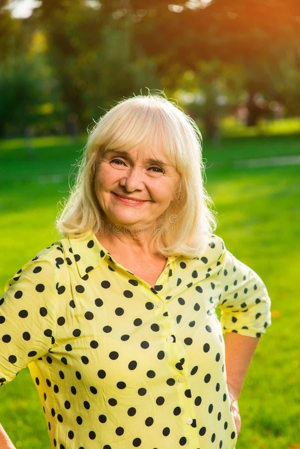 Uma mulher mais idosa está sorrindo imagens de stock