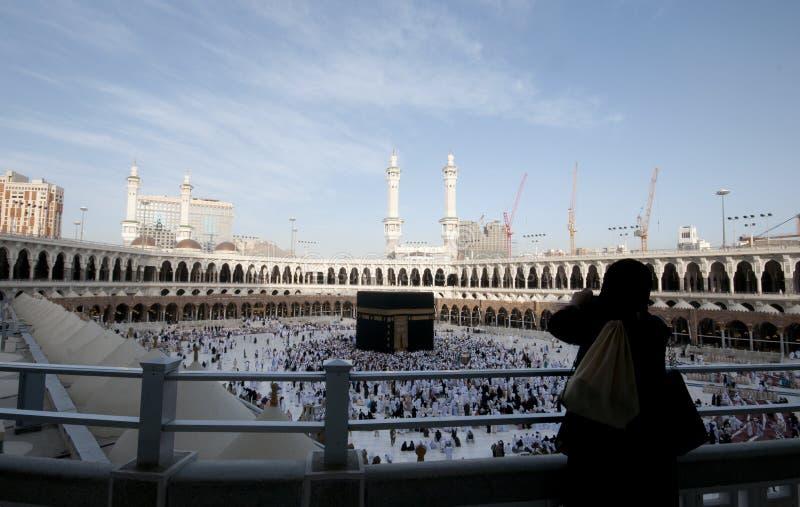 Uma mulher Muslimah toma a foto de Kaaba imagens de stock royalty free
