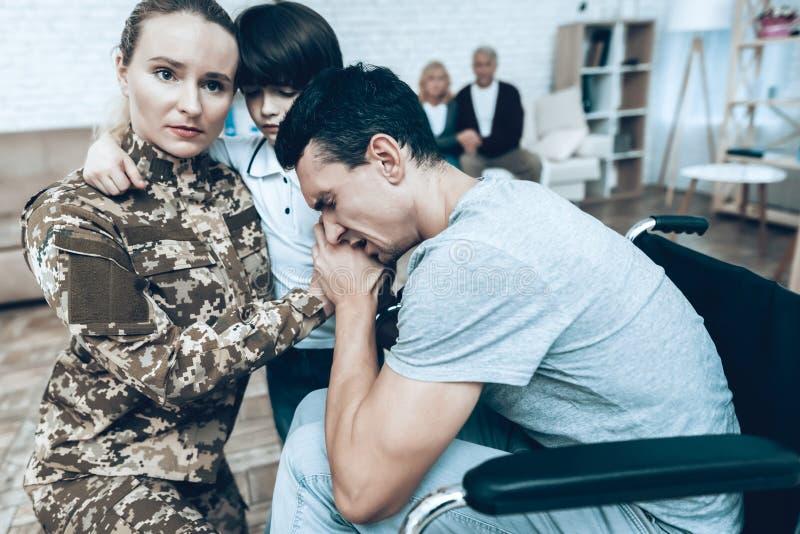 Uma mulher na camuflagem vai ao serviço militar foto de stock royalty free