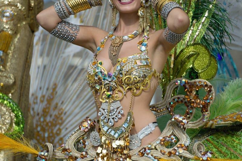 Uma mulher na dança no carnaval imagem de stock royalty free