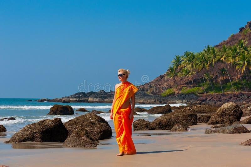 Uma mulher na roupa nacional indiana fotos de stock royalty free