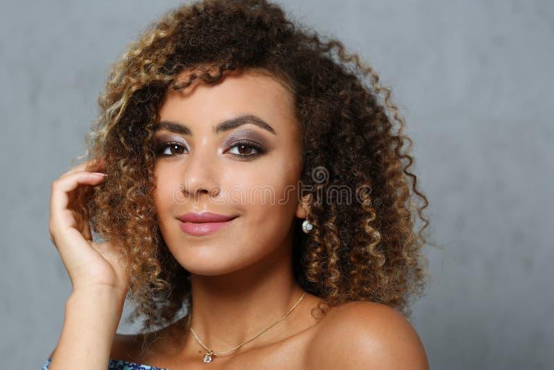 Uma mulher negra bonita com um retrato da grande cara fotos de stock