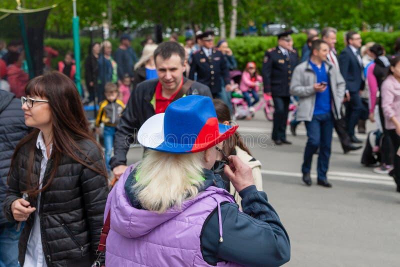 Uma mulher no festival em um chapéu de vaqueiro, pintado no tricolour da bandeira do russo fotos de stock