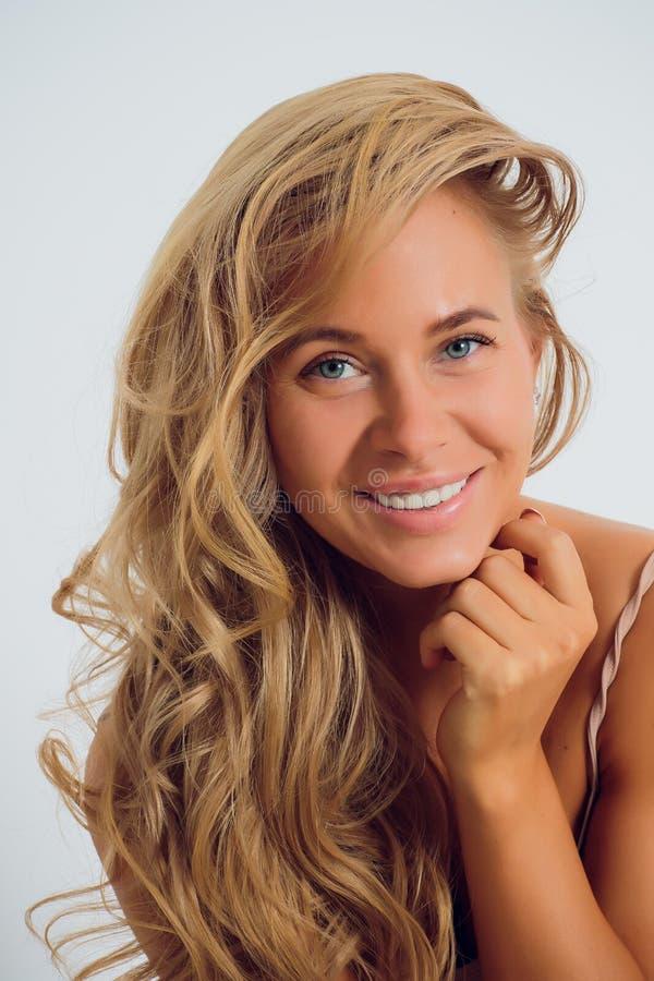 Uma mulher no vestido do estúdio foto de stock royalty free