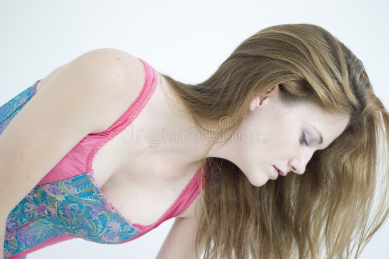 Uma mulher nova bonita com cabelo longo fotografia de stock royalty free