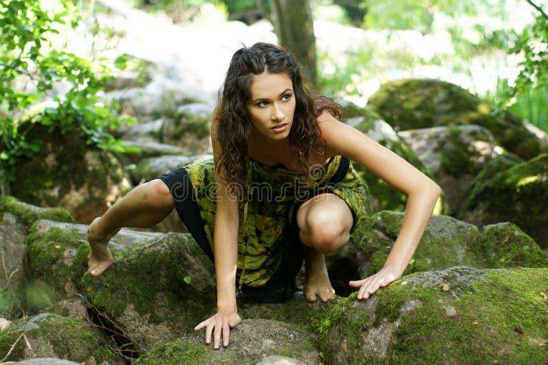 Uma mulher nova está rastejando em uma floresta profunda imagens de stock