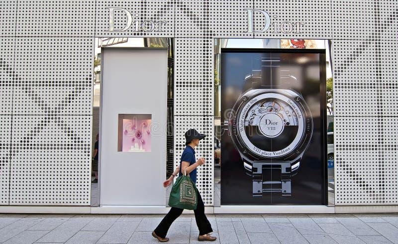 Uma mulher que anda as ruas de Ginza, Japão fotografia de stock royalty free
