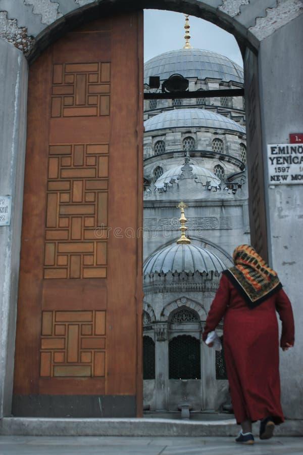 Uma mulher que entra na mesquita de Ahmed da sultão ou na mesquita azul em Istan fotografia de stock royalty free
