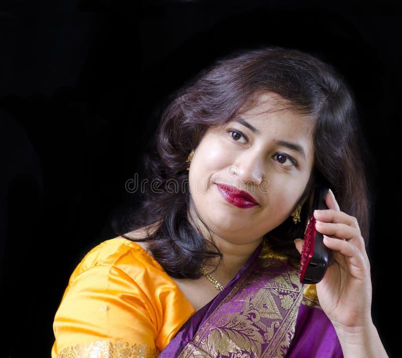 Download Uma Mulher Bonita Que Fala No Telefone Imagem de Stock - Imagem de adulto, feliz: 29835709