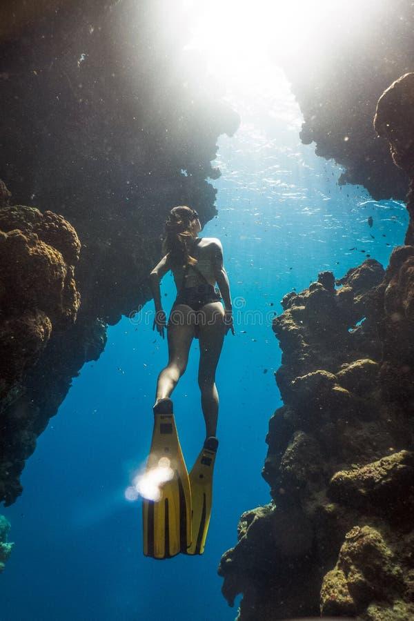 Uma mulher que freediving em Bels famosas, Egito imagem de stock royalty free