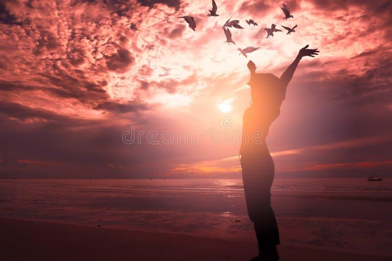 Uma mulher que levanta-se na praia foto de stock royalty free