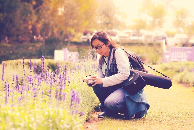 Uma mulher que olha à câmera após ter tomado a fotografia imagens de stock royalty free