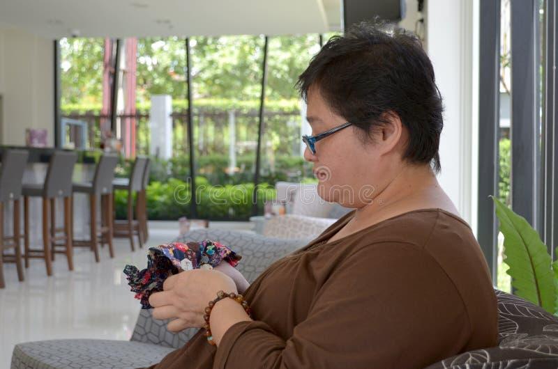 Uma mulher que relaxa fotografia de stock