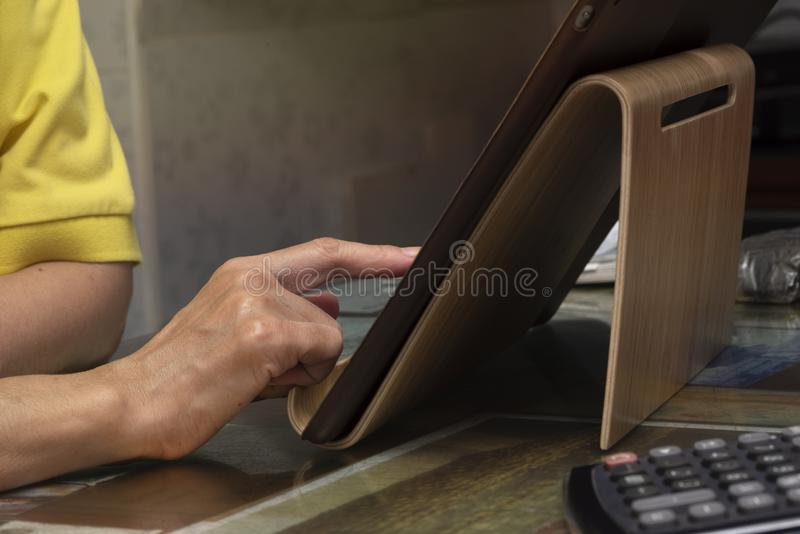 Uma mulher que usa a tabuleta no escritório fotos de stock