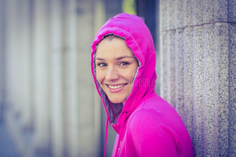 Uma mulher que veste um revestimento cor-de-rosa fotografia de stock royalty free