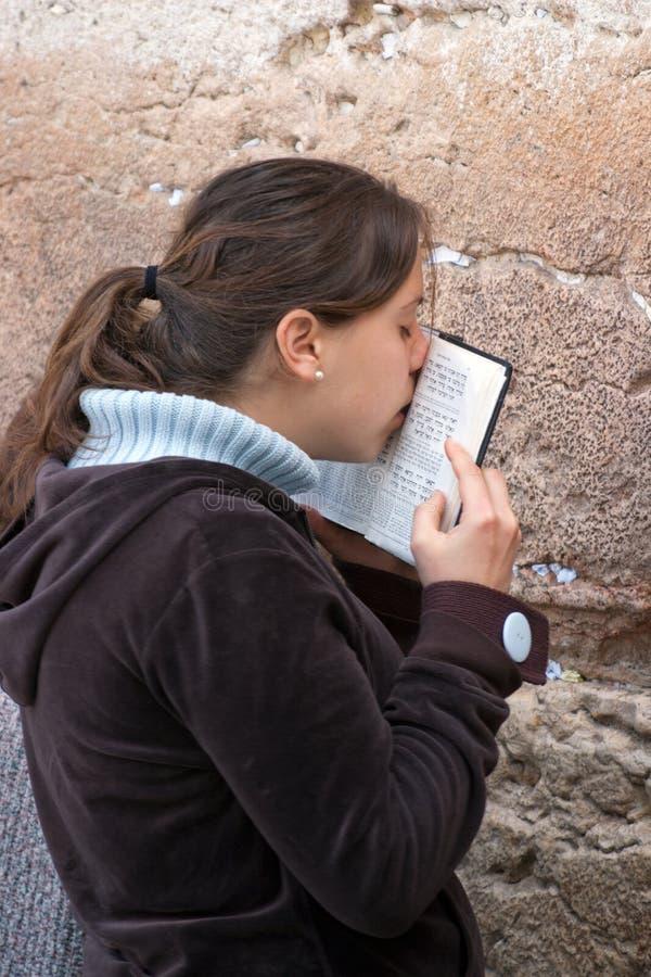 Uma mulher reza na parede lamentando. fotos de stock royalty free