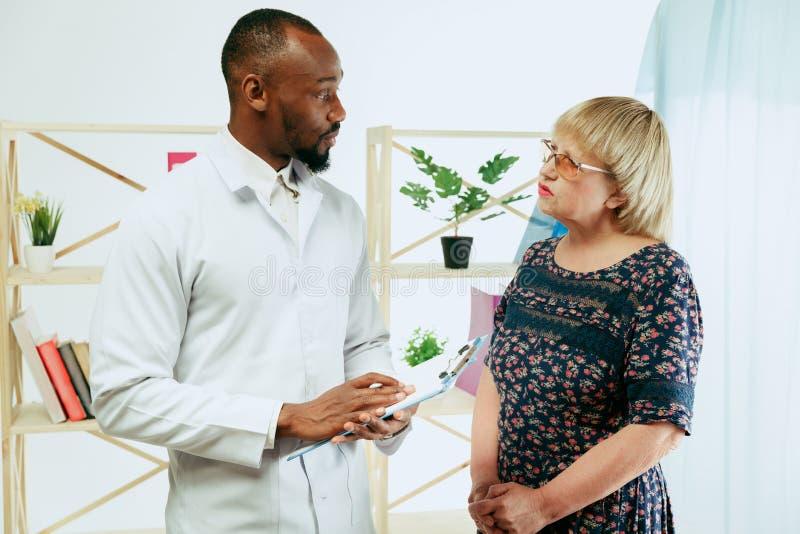 Uma mulher superior que visita um terapeuta na cl?nica fotos de stock