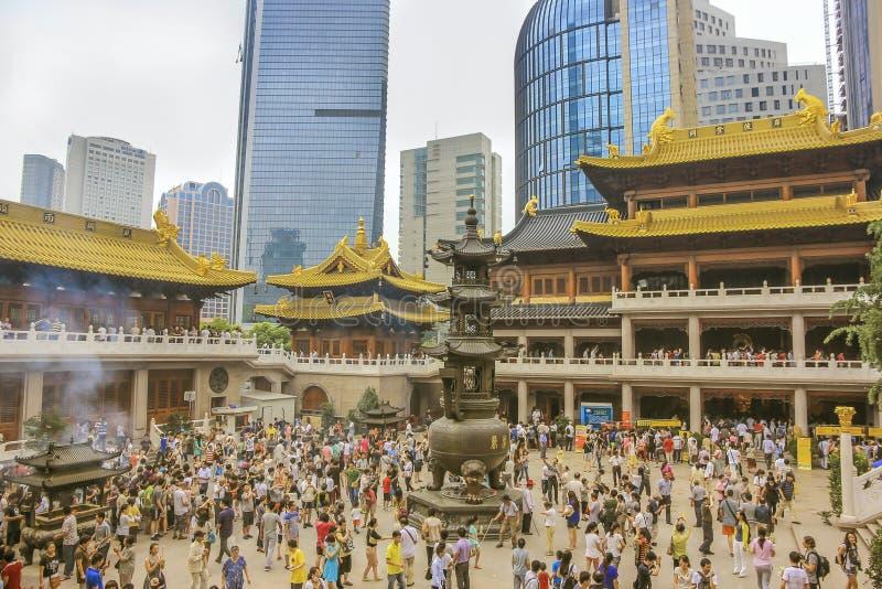 Uma multidão de adoradores no ` de Jing do templo budista em Shanghai foto de stock