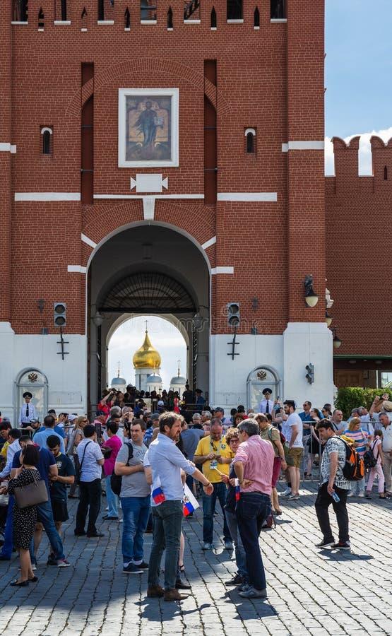 Uma multidão de turistas no quadrado vermelho perto das paredes do Kremlin dentro imagens de stock royalty free